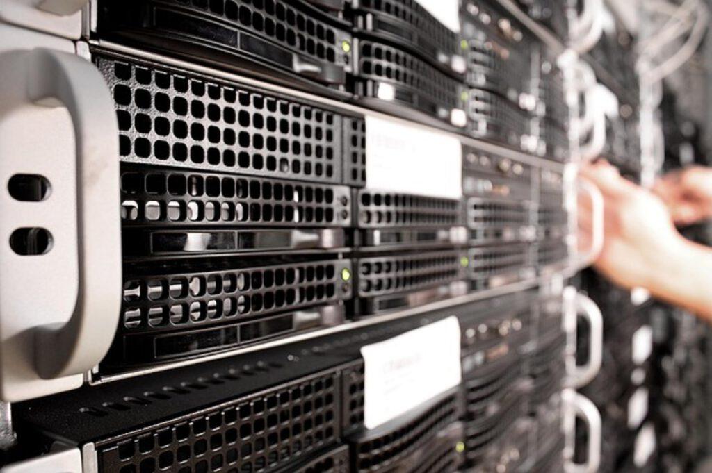 przewaga serwerów dedykowanych nad hostingami